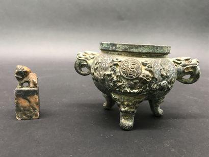 BRULE PARFUM  en bronze tripode  Japon, XIXe...