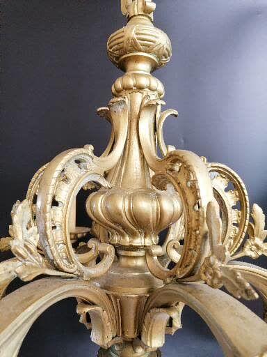 LUSTRE en bronze  Doré et ciselé à 6 feux.  Redoré.  XIXe siècle  H.80 Diam.70 cm...