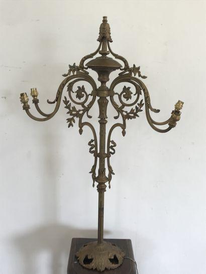 SUSPENSION  en bronze doré à décor de rinceaux...