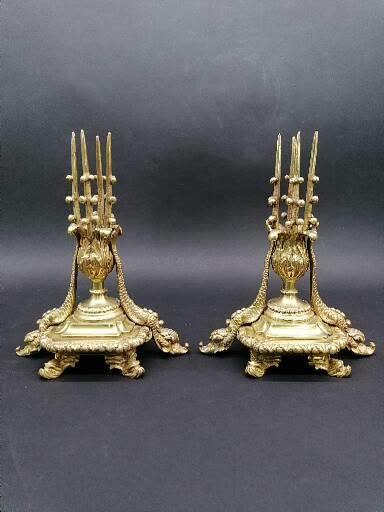 Curieuse paire de BOUGEOIRS  En bronze doré...