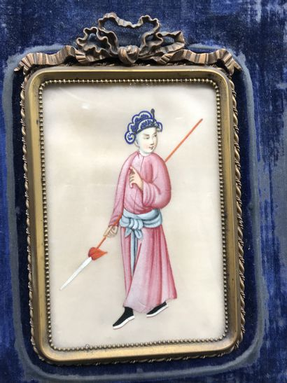 CHINE  Peinture sur soie représentant un personnage à la lance  Cadre en laiton...