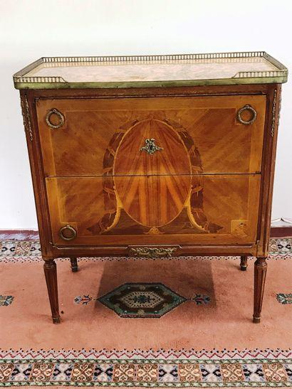 Petite COMMODE  de style Louis XVI en bois...