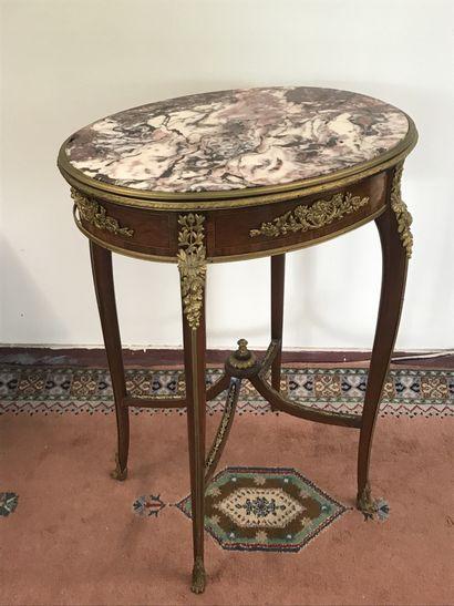TABLE DE SALON  de style Louis XV en bois...