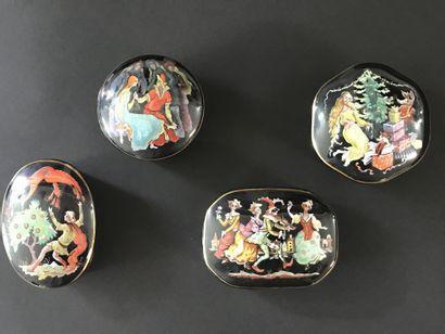 ENSEMBLE DE QUATRE BOITES A MUSIQUE  En porcelaine...