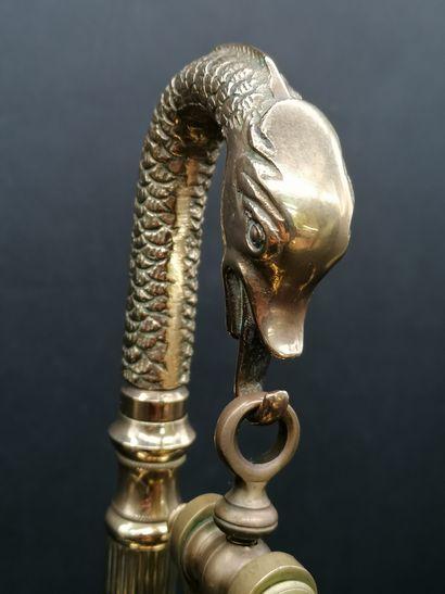 BALANCE DE PHARMACIEN  En bronze doré et ciselé et laiton doré  A décor de dauphins....