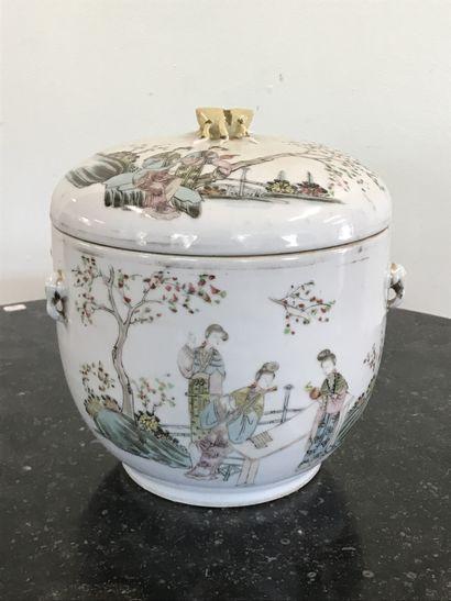 CHINE  Pot couvert en porcelaine émaillée...