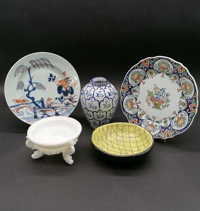 Lot de trois céramiques comprenant :  Une...