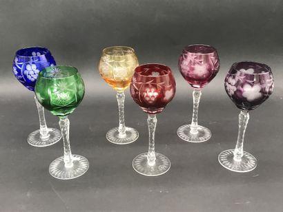 SUITE DE SIX VERRES A VIN DE COULEUR  Cristallerie...