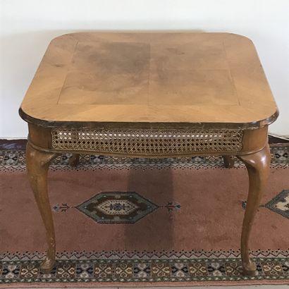 TABLE DE SALON  De forme carré  En bois de...