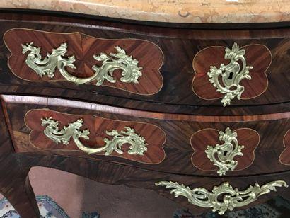 COMMODE SAUTEUSE  en bois de placage et ornements de bronze doré ouvrant par deux...