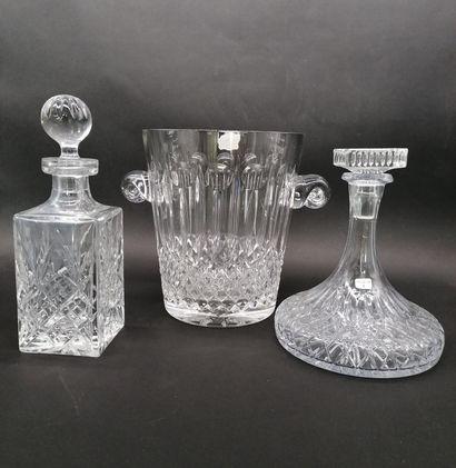 Carafe H.24 cm et six verres à vin H.19 cm  Seau à Champagne H. 25 cm et six flutes...