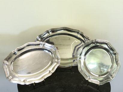 Lot de trois grands PLATS  en métal argenté...