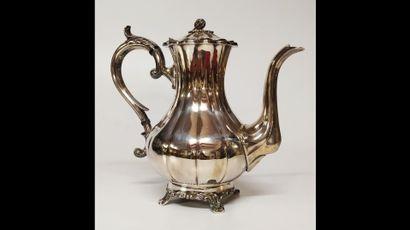 SERVICE A THE ET CAFE  En métal argenté anglais comprenant :  Une théière  Une cafetière...