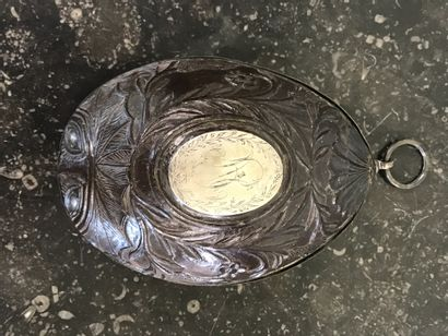 DEMI NOIX DE COCO  Sculptée, monture argent...