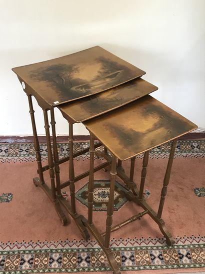 Suite de trois TABLES GIGOGNES  En bois tourné...