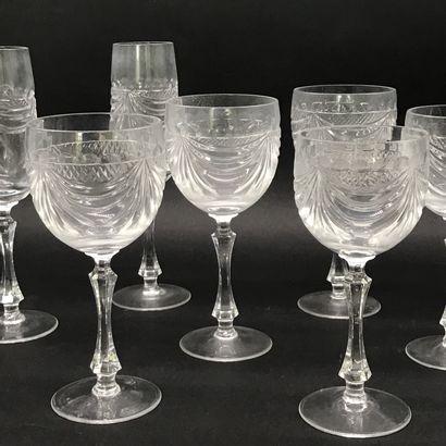 CRISTALLERIE DE LORRAINE  Service de verres en cristal taillé à décor de drapés...
