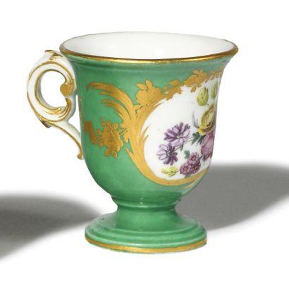SEVRES Tasse à glace en porcelaine tendre...