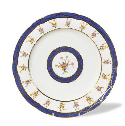 SEVRES Assiette à bord contourné en porcelaine...