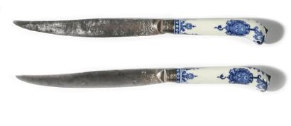 * SAINT-CLOUD Deux couteaux à manche en porcelaine...