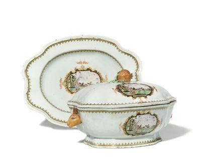 CHINE, COMPAGNIE DES INDES Soupière et son présentoir en porcelaine décorée, en...
