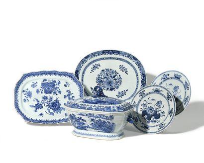 CHINE Plat ovale à bord contourné en porcelaine...