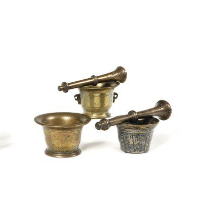 LOT de trois mortiers en bronze et deux pilons....
