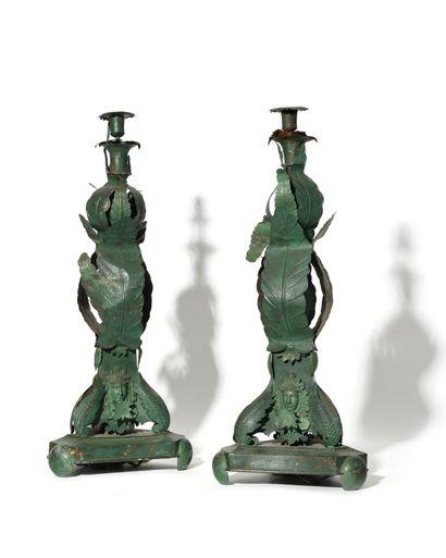 PAIRE DE LAMPES en tôle peinte en vert, le...