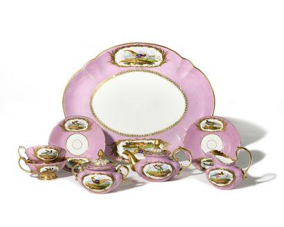 *PARIS Déjeuner en porcelaine à décor polychrome...