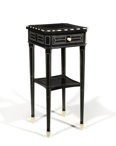 PETITE TABLE D'APPOINT en bois noirci à décor...