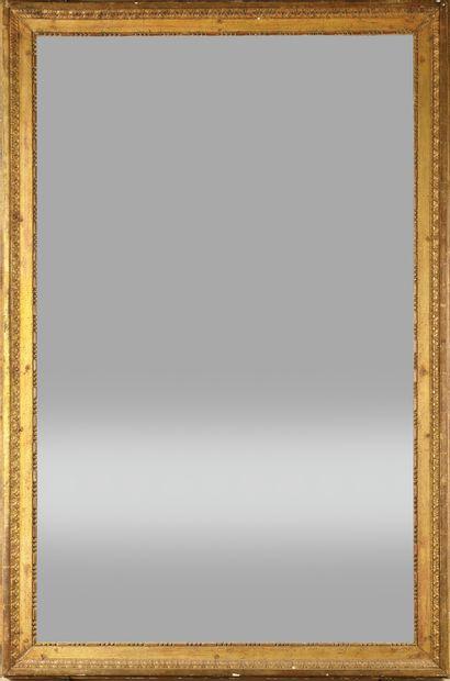 * MIROIR en bois doré de forme rectangulaire,...