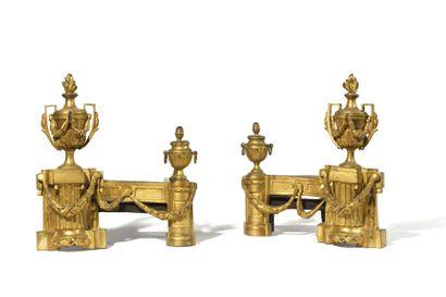 * PAIRE DE CHENETS en bronze doré à décor...
