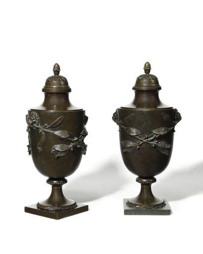 DEUX URNES COUVERTES SUR PIEDOUCHE en bronze...