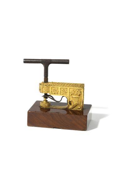 * PRESSE en bronze doré et fer forgé, à décor...