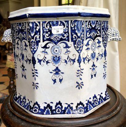 CACHE-POT en faïence bleue et blanche de...