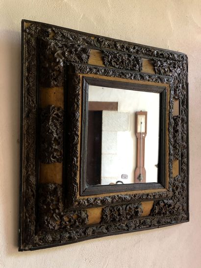 MIROIR en bois teinté mouluré à riche ornementation...