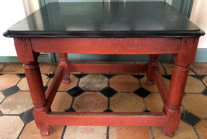 TABLE en bois relaqué rouge, plateau en marbre...
