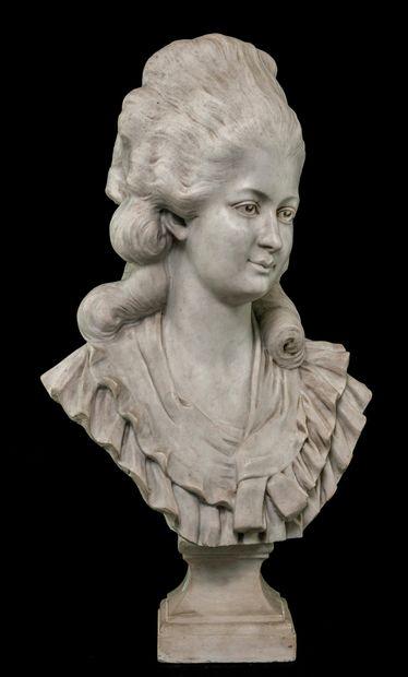 ECOLE FRANÇAISE.  Buste de femme  En marbre...