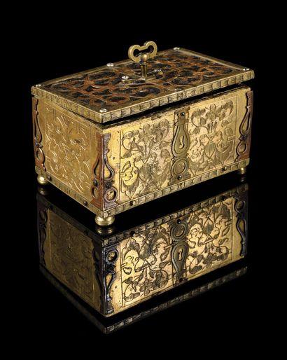 RARE SOUVENIR DU ROI LOUIS XVI  Historique et ravissant petit coffret en cuivre...