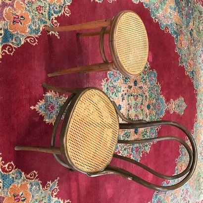 THONET  Une chaise basse et un tabouret canné...