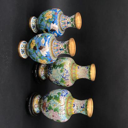 CHINE    Deux paires de vases en bronze cloisonné....