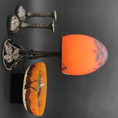 LAMPE DE SALON  en fer forgé à décor de feuilles...
