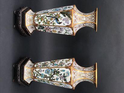 CHINE    Paire de vases hexagonaux en bronze...