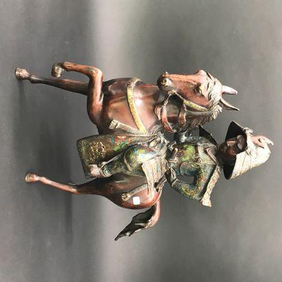 JAPON  Samourai à cheval en bronze patiné...