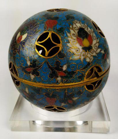 CHINE Sphère ajourée en bronze doré et cloisonné, ouvrant en son centre faisant...