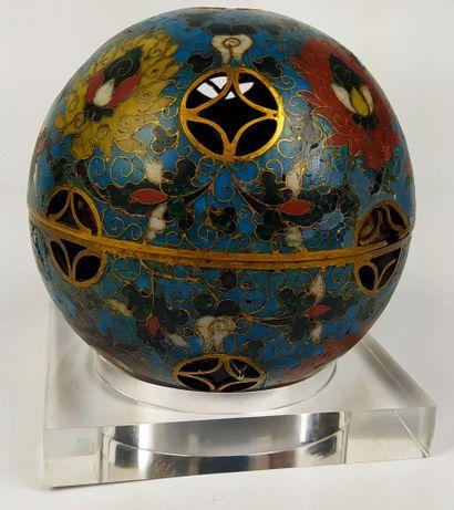 CHINE Sphère ajourée en bronze doré et cloisonné,...