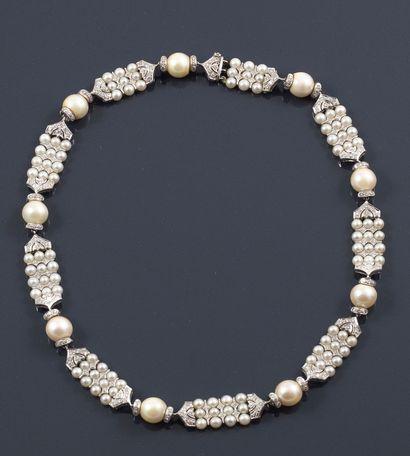 COLLIER en or gris 18K retenant des perles...
