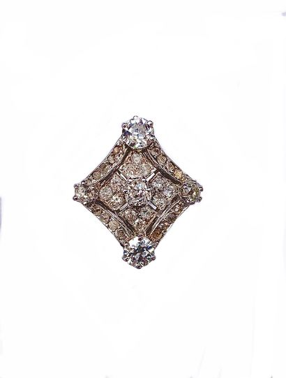 RING in 18K white gold retaining an Art Deco design sprinkled with brilliant-cut...
