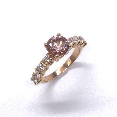 BAGUE DIAMANT ROSE retenant un diamant de...