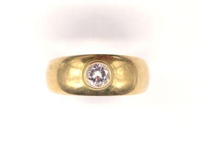 BAGUE en or jaune 18K ornée d'un diamant...