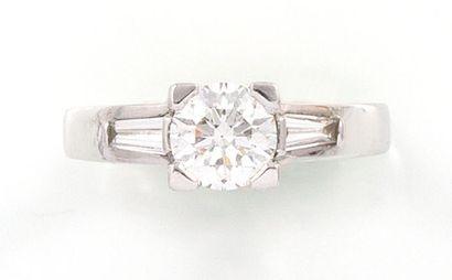 BAGUE en or gris 18K ornée d'un diamant central...